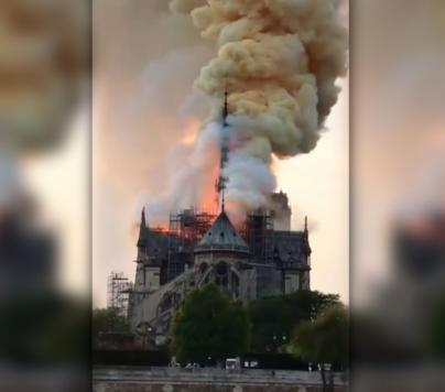El fuego consume Notre Dame