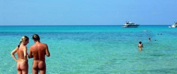 El Parlament insta al Govern a poner en todas las playas un mensaje de apoyo al nudismo