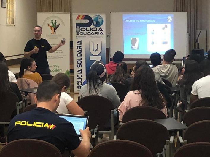ONG Policia solidaria alerta a los menores de la Fundación Nazaret sobre el entorno digital