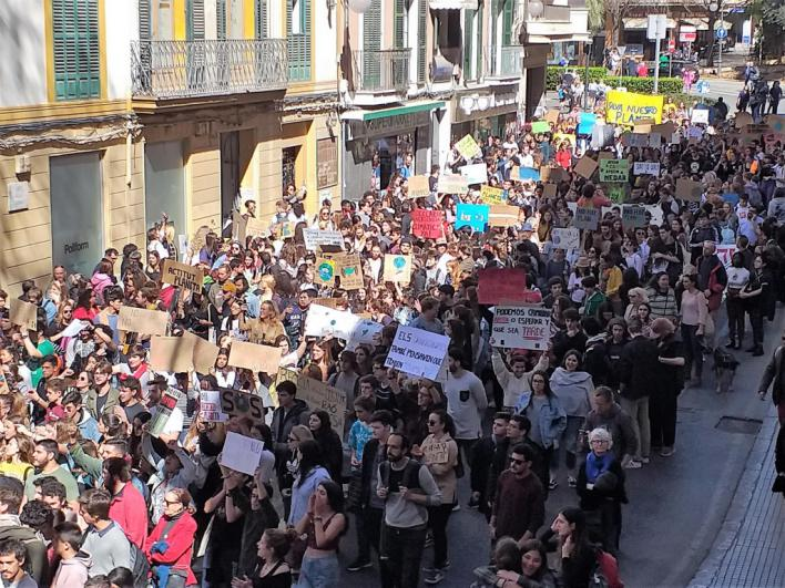 500 estudiantes marchan en Palma por la 'inacción ante el cambio climático'