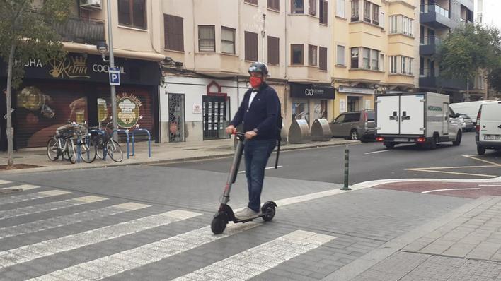 Nuevas normas para los patinetes en Palma: Luz encendida y chaleco reflectante