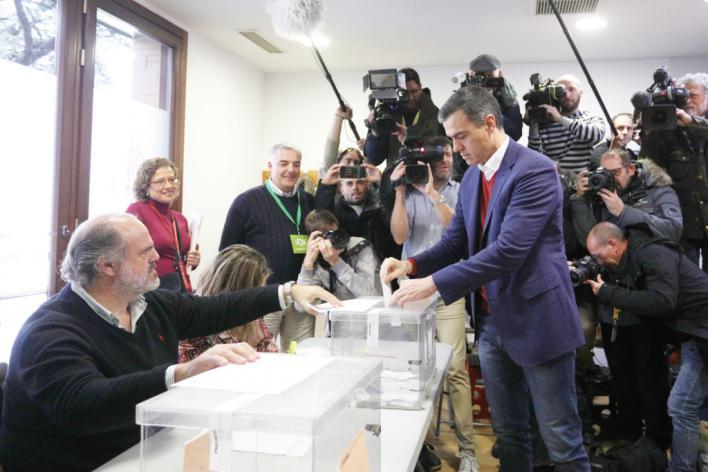 Pedro Sánchez madruga para votar y anima a la participación