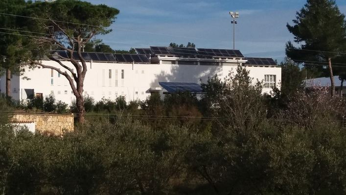 Paneles fotovoltaicos en una edificación