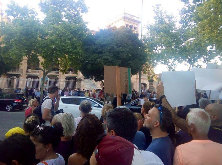 Partidarios y detractores se concentran frente al Coliseo Balear por la vuelta de los toros