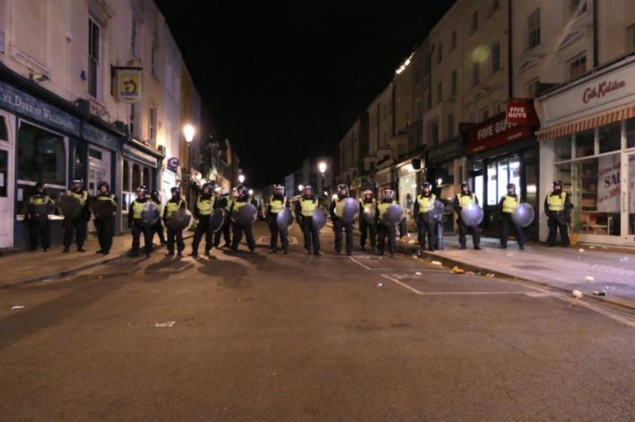 22 policías heridos cuando dispersaban una fiesta ilegal en Notting Hill
