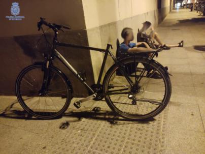 Agentes de paisano detienen a dos jóvenes cuando robaban una bicicleta en Foners, Palma