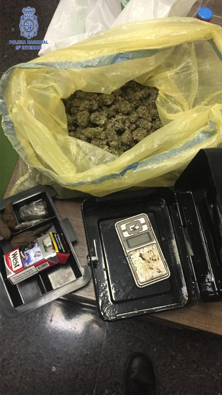 Un vigilante detiene a un hombre con marihuana, hachís, un cuchillo y 700 euros en Playa de Palma