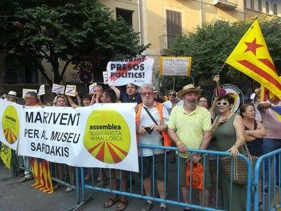 Gritos de 'yo soy español, español' y 'llibertat presos polítics' para recibir a los monarcas