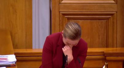 Ataque de risa de la primera ministra danesa por la amistad de un elefante y un camello