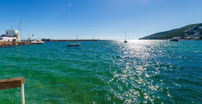 Investigan la aparición de un cadáver flotando en el mar en Ibiza