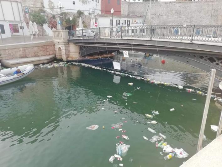 Retiran 71 kilos de residuos del puerto de Ciutadella tras Sant Joan, 50 menos que el año pasado
