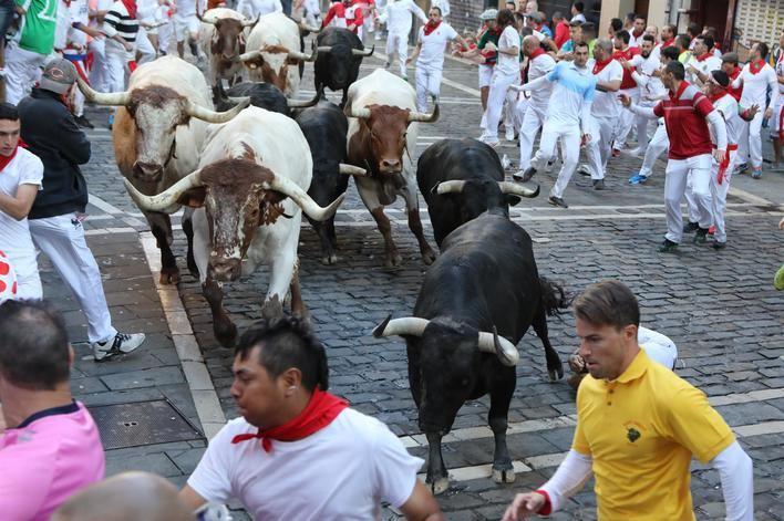 Un mallorquín, herido por asta en el quinto encierro de San Fermín