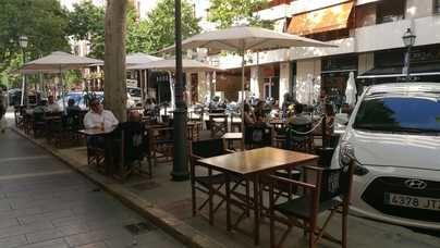 Cort autoriza que las terrazas puedan seguir ocupando plazas de parking tras el estado de alarma