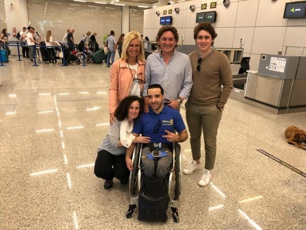 Toni Quiñonero junto con Toni Roig, CEO de Urbia Services, amigos y familiares