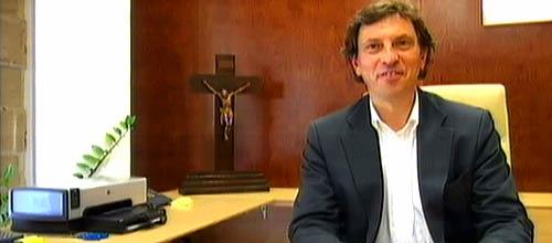 Isern recupera para su despacho el crucifijo que había retirado Calvo