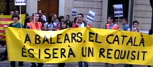 Decenas de jóvenes exigen ante la sede del PP que el catalán sea un requisito