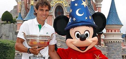 Nadal celebra con Mickey su sexto Roland Garros