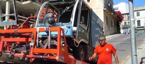 Dos trabajadores de EMAYA heridos al volcar su máquina de trabajo