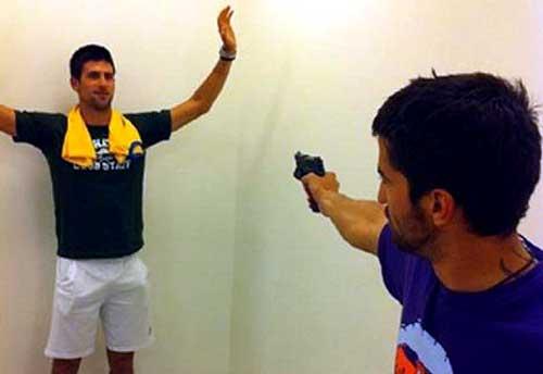 Djokovic la lía con una polémica foto