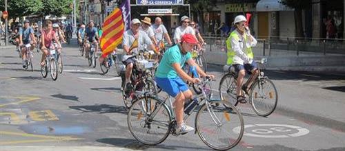 Unos 300 ciclistas cortan el tráfico en Palma para protestar por el carril bici