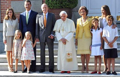 Victoria Federica le copia los zapatos al Papa