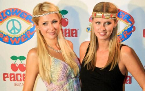 Las Hilton brillan en la fiesta 'Flower Power'