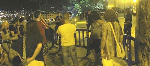 Los indignados protestan frente a la Almudaina durante la cena Real