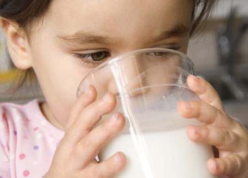 La leche, mejor que el agua para rehidratar a los niños