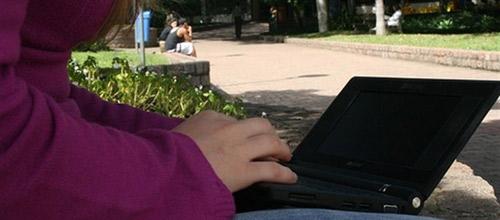 El 62% de los españoles sigue conectado al trabajo en vacaciones