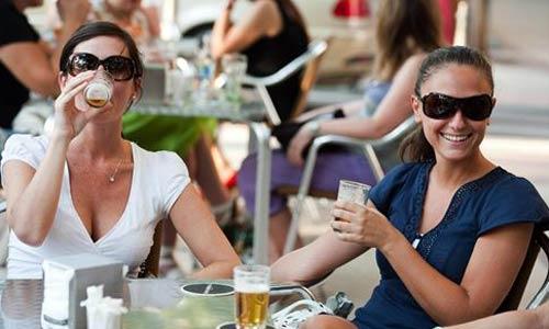 El consumo moderado de alcohol alarga la vida a las mujeres