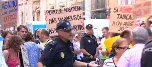 Protesta ante el Parlament para exigir el pago de ayudas para discapacitados