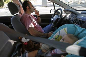 Los médicos proponen que se prohíba fumar en el coche