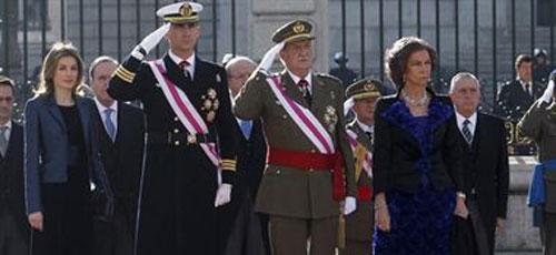 El Rey pide a los militares que afronten la crisis