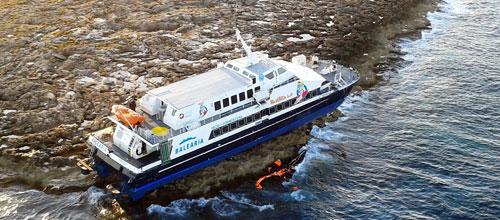 Técnicos de Emergencias comprueban que no hay fugas en el buque encallado