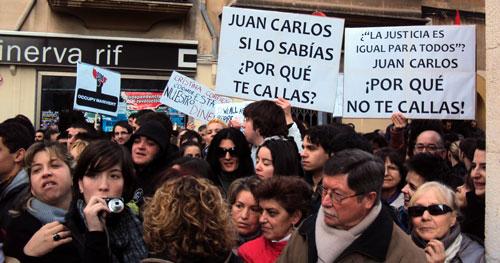 600 personas increpan a Urdangarín y a la Monarquía