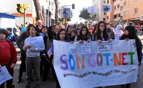 Alrededor de 350 niños piden a los vecinos de Son Gotleu que limpien el barrio