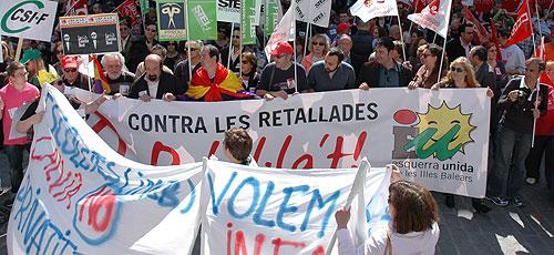 Centenares de personas marchan a favor de los servicios públicos