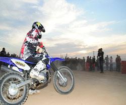Lorenzo calienta motores entre sus fans antes del inicio del MotoGP