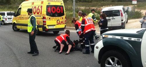Una mujer resulta herida al chocar con su moto contra una furgoneta