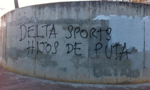 Pintadas y pancartas contra Delta Sport en Son Moix
