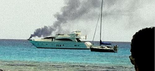 Tres personas rescatadas al arder su embarcación