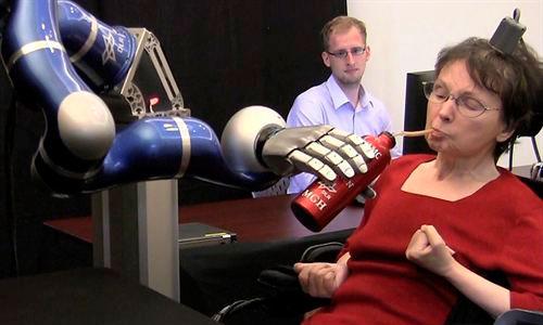 Pacientes con parálisis manejan un brazo robótico