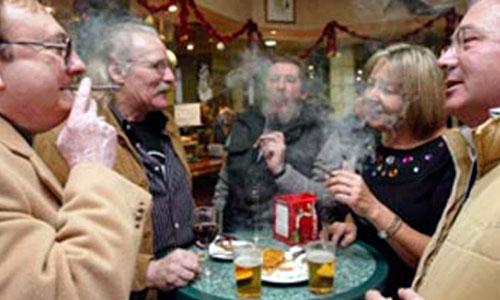 Ocho de cada 10 espa�oles ver�an mal volver a fumar en la hosteler�a