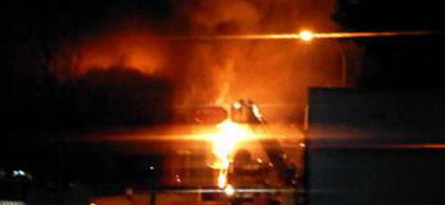Arden una fábrica de pinturas y un almacen
