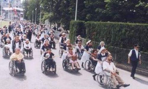 Sobrecargos y azafatas entrenados para transportar a peregrinos