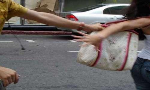 Un ciclista roba un bolso a una mujer delante de una comisaría de Policía