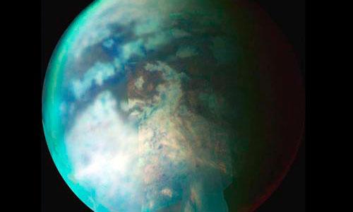 Titán alberga un profundo océano bajo su superficie