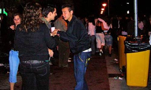 """La Policía incorpora a un traductor en la campaña """"antibotellón"""""""