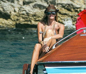 Elle Macpherson, enamorada de Ibiza y de la pesca de erizos