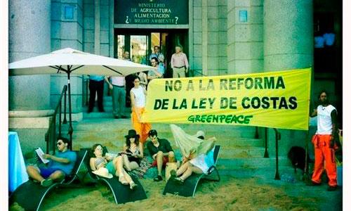 Greenpeace monta una playa ante el Ministerio de Medio Ambiente